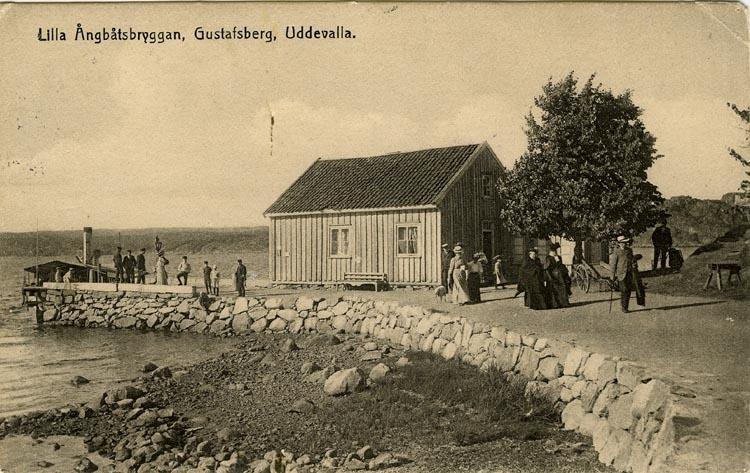 """Tryckt text på vykortets framsida: """"Lilla Ångbåtsbryggan, Gustafsberg, Uddevalla."""""""
