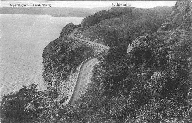 """Tryckt text på vykortets framsida: """"Nya vägen till Gustafsberg. Uddevalla."""""""