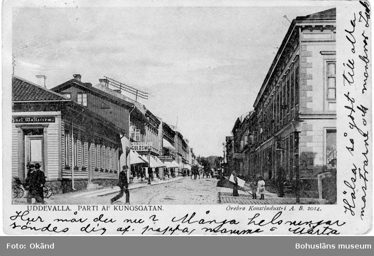 """Tryckt text på vykortets framsida: """"Parti af Kungsgatan, Uddevalla.""""  ::"""
