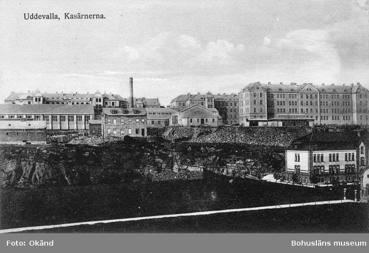 """Tryckt text på vykortets framsida: """"Uddevalla, Kasärnerna."""""""