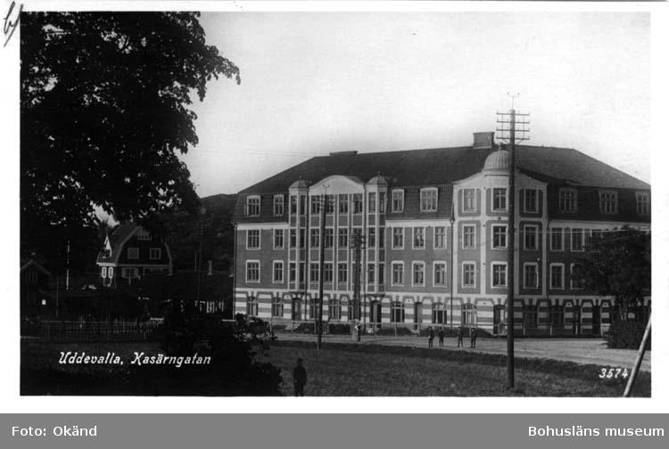 """Tryckt text på vykortets framsida: """"Uddevalla Kasärngatan""""  ::"""