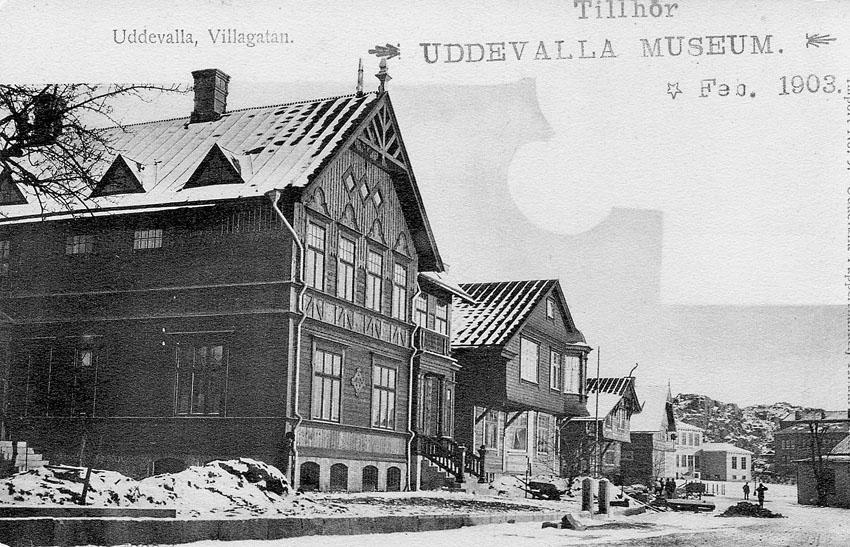 """Tryckt text på vykortets framsida: """"Uddevalla. Villagatan""""."""