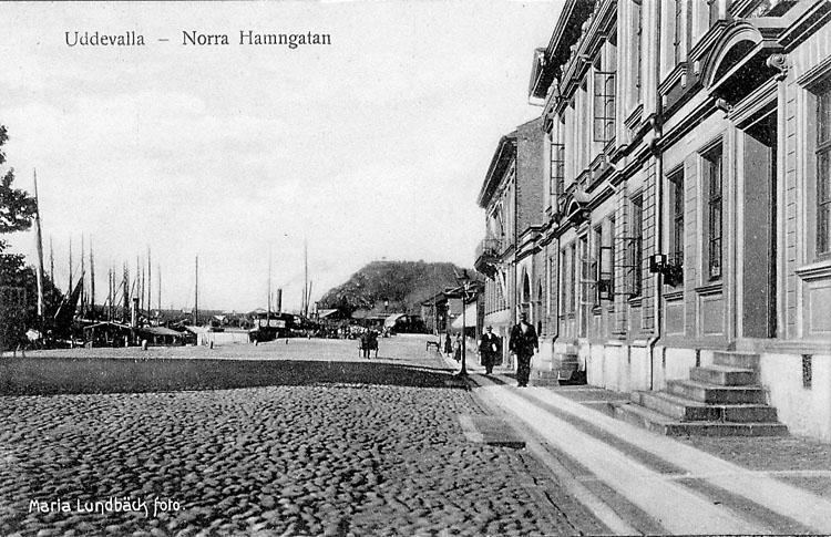 """Tryckt text på vykortets framsida: """"Uddevalla - Norra Hamngatan"""".   ::"""