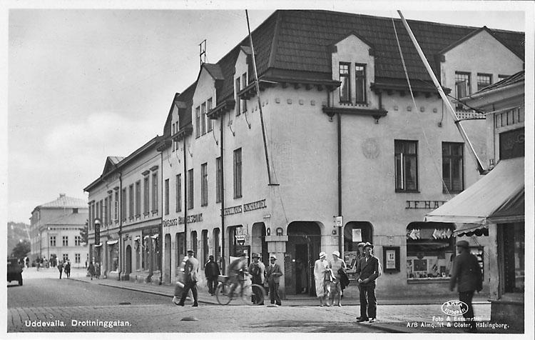 """Tryckt text på vykortets framsida: """"Uddevalla Drottninggatan"""".  ::"""