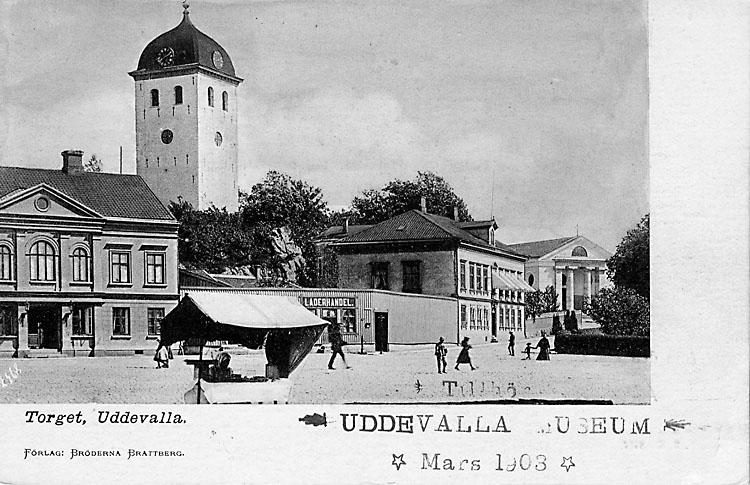"""Tryckt text på vykortets framsida: """"Torget, Uddevalla"""".  ::"""