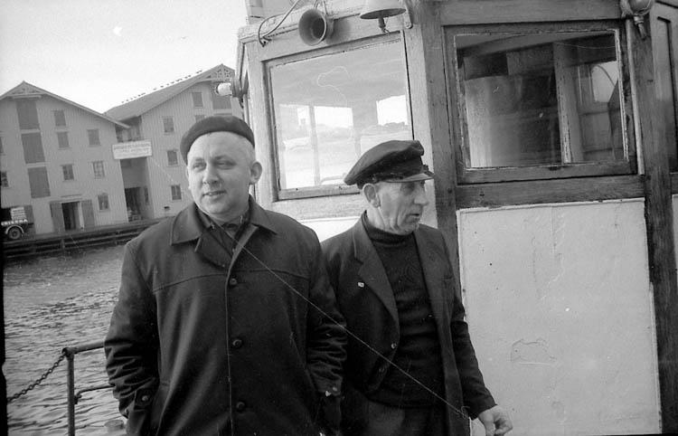 """Enligt fotografens notering: """"Fr. v- Einar Johansson, Karl-Erik Hansson, Smögen. Dessa drev fram bro till Smögen""""."""