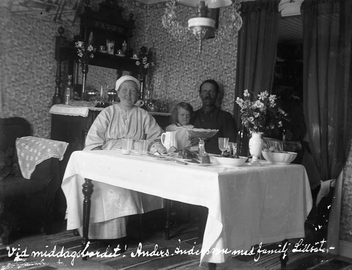 """Enligt text skriven på glasplåten: """"Vid middagsbordet! Anders Andersson med familj. Lillsäter. 19 juni 1923""""."""