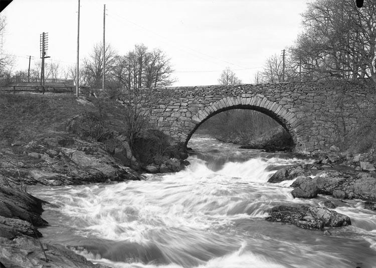 "Enligt fotografens noteringar: ""1936 N:r 34 obs 2 plåtar. Bron vid Munkedals Herrgård."""