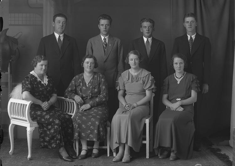 """Enligt fotografens noteringar: """"51. 1935 Familjen Mur Munkedal."""""""