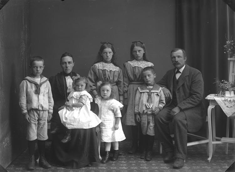 """Enligt fotografens noteringar: """"Herman Hansson familj Småröd."""""""