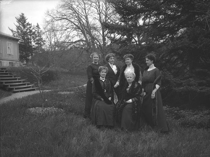 """Enligt fotografens noteringar: """"Fru Ullman m. systrar. Saltkällan."""""""