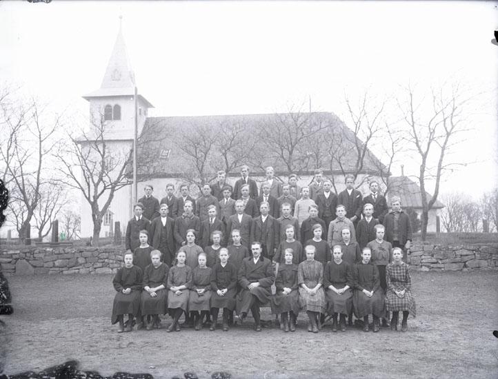 """""""1923. 197. Pastor Wallin Adjunkt här i Foss, senare sista präst i Svarteborg. Omkring åren 1946???.""""  """"William Wallin. Konfirmandgrupp. Foss Kyrka."""""""