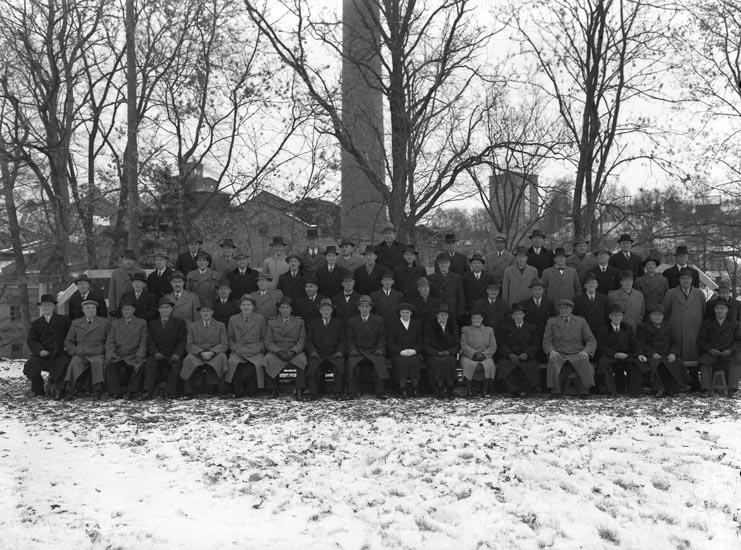 """Medföljande text till bilderna: """"1946. no. 36. Den största gruppen Munkedals arbetare."""""""