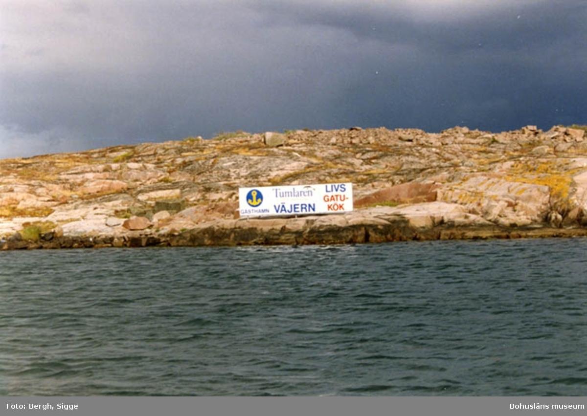 """Enligt text på fotot: """"Ful skylt på skär utanför Väjern sommaren 1992 Borde inte få stå där...""""."""