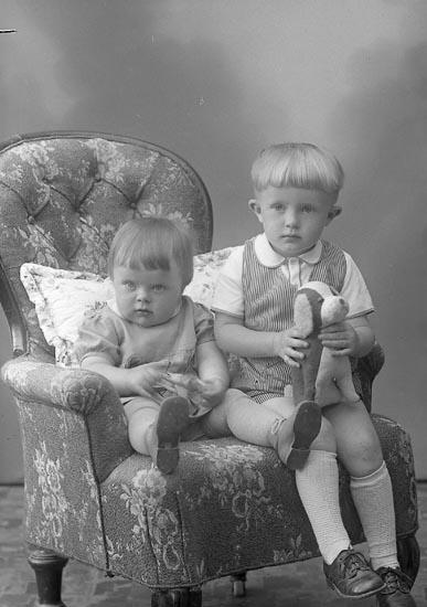 """Enligt fotografens journal nr 7 1944-1950: """"Johansson, Lennart o Margareta""""."""