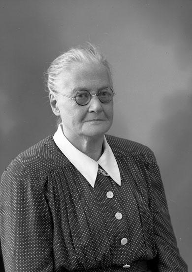 """Enligt fotografens journal nr 7 1944-1950: """"Kristiansson, Fru Alma Haga Jörlanda""""."""