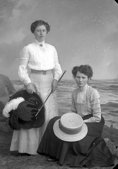 """Enligt fotografens journal nr 2 1909-1915: """"Lindborg, Maria Här""""."""