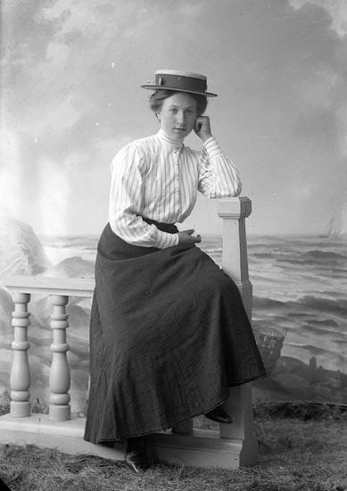 """Enligt fotografens journal nr 2 1909-1915: """"Nilsson, Anna Brattön Höviksnäs""""."""