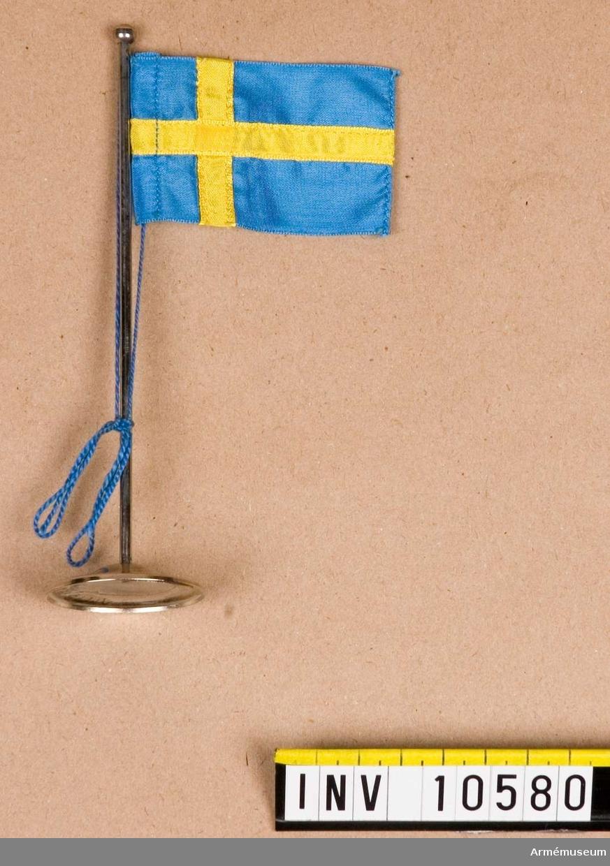 Grupp B I.  Mindre bordsflagga på förnicklad stång.