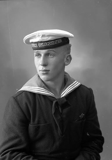 "Enligt fotografens journal nr 8 1951-1957: ""Svensson, Herr Karl-Erik Stenungsund""."