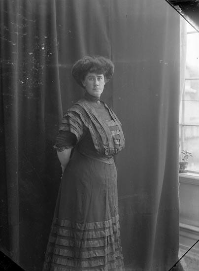 """Enligt fotografens journal nr 1 1904-1908: """"Holmberg, Fru St-s.d""""."""