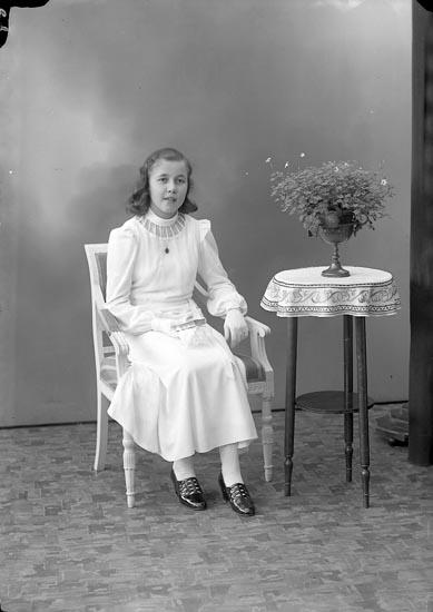 """Enligt fotografens journal nr 6 1930-1943: """"Nykvist, Berit Stenungsund""""."""