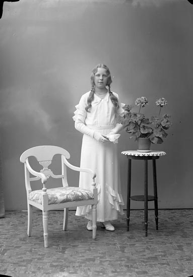 """Enligt fotografens journal nr 6 1930-1943: """"Axelsson, Brita Starrkärr, Ödsmål""""."""