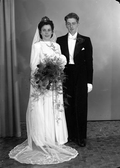 """Enligt fotografens journal nr 6 1930-1943: """"Ekström, Brudpar Solgården Här""""."""