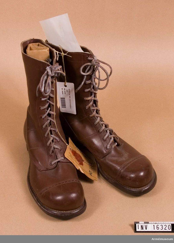 Med tåhätta och snörning och med gummisula. Paratrooper's hunting boots. Tillverkade i USA.