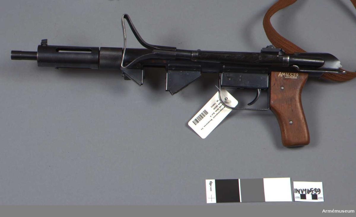 """Kulsprutepistol, typ Husqvarna. Längd med infälld kolv: 562 mm. Tillv.nr 90 (189931). Märkt """"HVA:S VSK. 9"""". Vapnet prövades 1944, men antogs ej. Konstruktionen såldes senare till Danmark. De befintliga exemplaren har använts av vapenfabrikens driftvärn. Märkt: HVA:S VSK.9. Tolkning av HVA VSK  = Husqvarna VerkSkydd (?)  Samhörande nr är 16539-41, kpist, magasin, gevärsrem."""