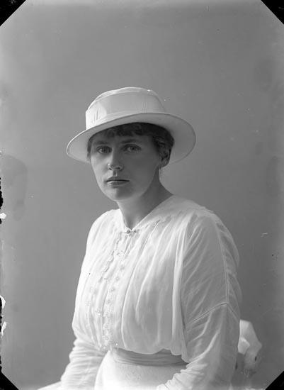 """Enligt fotografens journal nr 2 1909-1915: """"Nydqvist, Fröken Nora""""."""