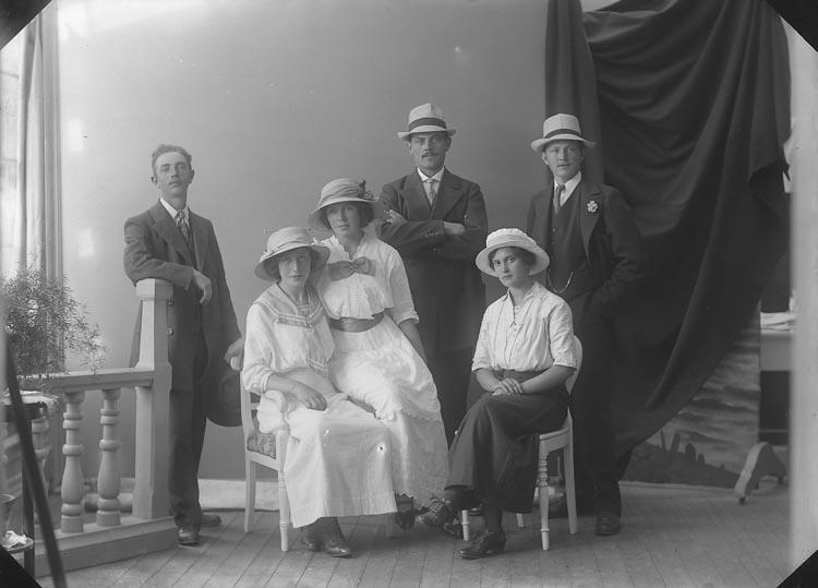 """Enligt fotografens journal nr 2 1909-1915: """"Pettersson, Emil, Spannmålsgatan 13 Gbg""""."""