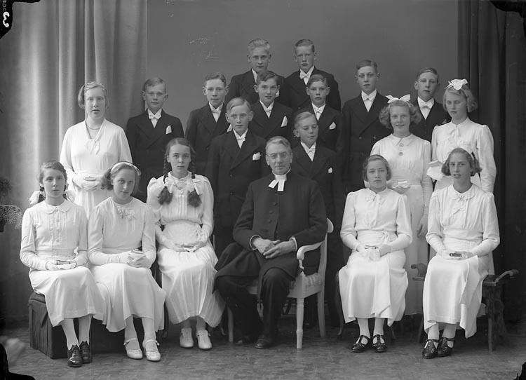"""Enligt fotografens journal nr 5 1930-1943: """"Läsbarnen, Ödsmål Prosten Franck""""."""