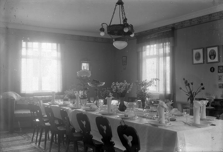 """Enligt fotografens notering: """"Rudolf Enander och Ulla Josefssons bröllop på Gamla Turisthotellet 1920 Pingstafton""""."""