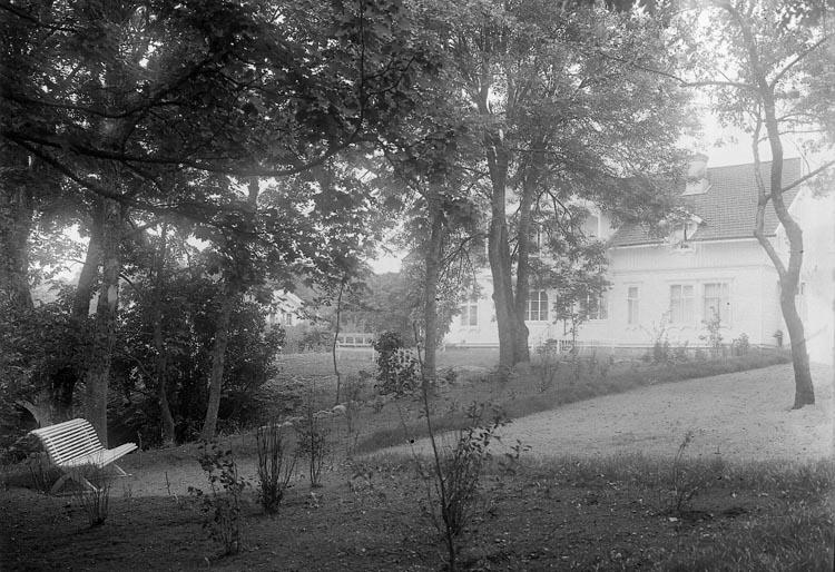 "Enligt fotografens journal nr 5 1923-1929: ""Österberg, Magda, Fru Slottet Ön""."