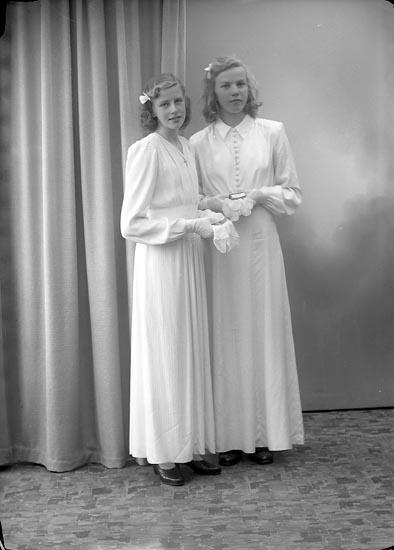 """Enligt fotografens journal nr 7 1944-1950: """"Svensson, Ann Marie Hagen, Ödsmål. Ingrid Karlsson""""."""