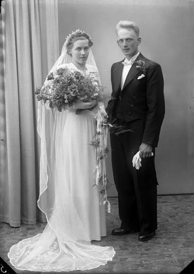 """Enligt fotografens journal nr 7 1944-1950: """"Olsson, Herr Karl Stenhålt Romelanda""""."""