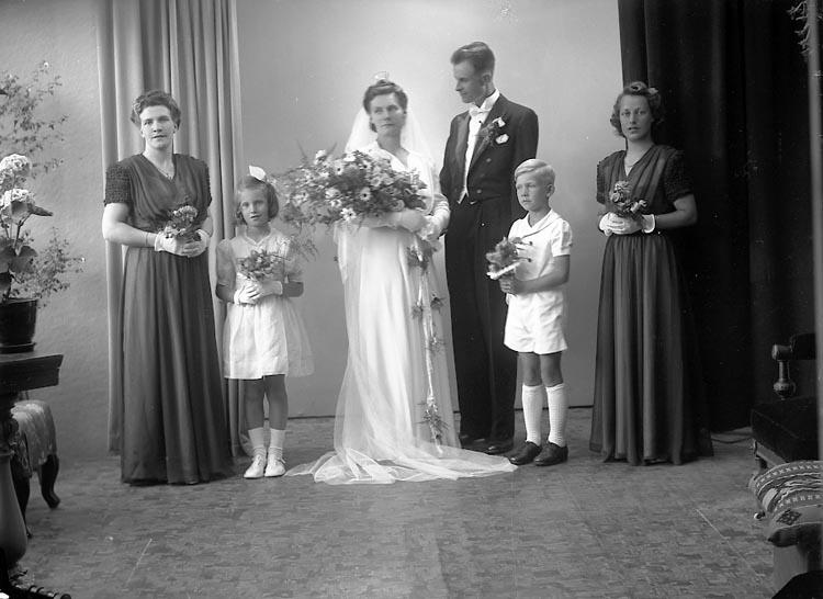 """Enligt fotografens journal nr 7 1944-1950: """"Pettersson, Herr Evert Näs Svanesund""""."""