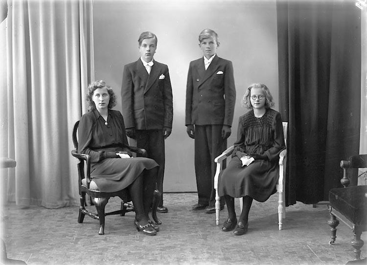 """Enligt fotografens journal nr 7 1944-1950: """"Larsson, Lennart Sandbacka, Ucklum""""."""