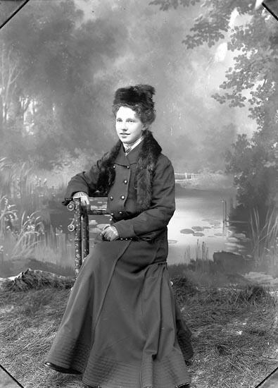 """Enligt fotografens journal nr 1 1904-1908: """"Weinberg, Fröken Stenungsund"""".  Enligt fotografens notering: """"Fröken Agnes Weinberg Stenungsund""""."""