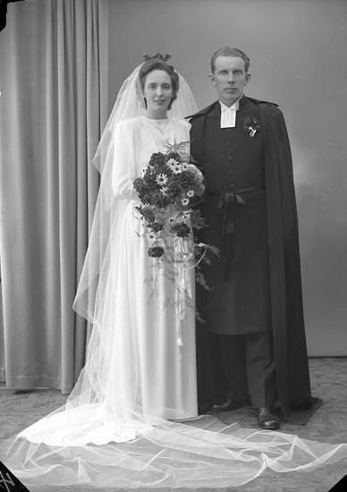 """Enligt fotografens journal 7 1944-1950: """"Amundsson, Pastor Svedahl, Houg Här""""."""