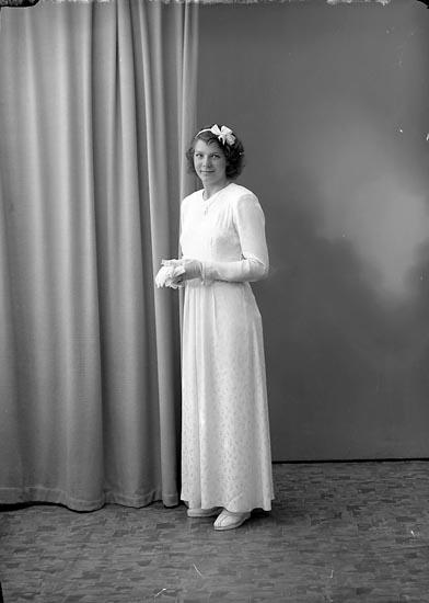 """Enligt fotografens journal nr 7 1944-1950: """"Berntsson, Ann-Britt, Stripplekärr Ödsmål""""."""