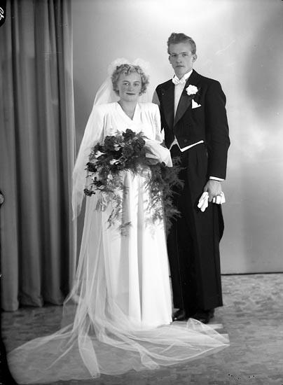 """Enligt fotografens journal nr 7 1944-1950: """"Rund, Herr Anders Huveröd Ucklum""""."""