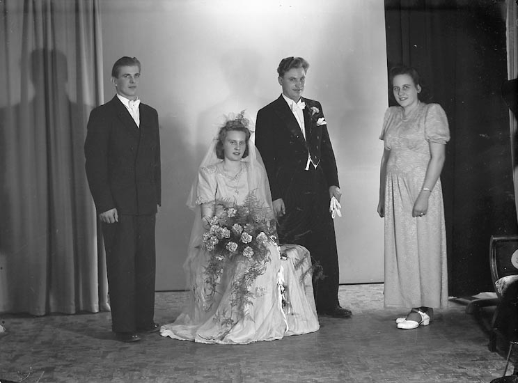 "Enligt fotografens journal nr 7 1944-1950: ""Augustsson, Herr Hugo Toröd Jörlanda""."