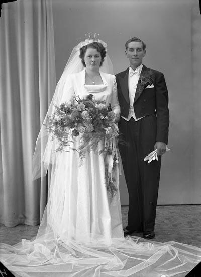 """Enligt fotografens journal nr 7 1944-1950: """"Larsson, Herr Harry Uddevallavägen 11 c Kungälv""""."""