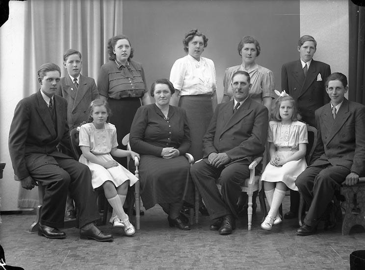 """Enligt fotografens journal nr 7 1944-1950: """"Svensson, Gottfrid Gröteröd Här""""."""