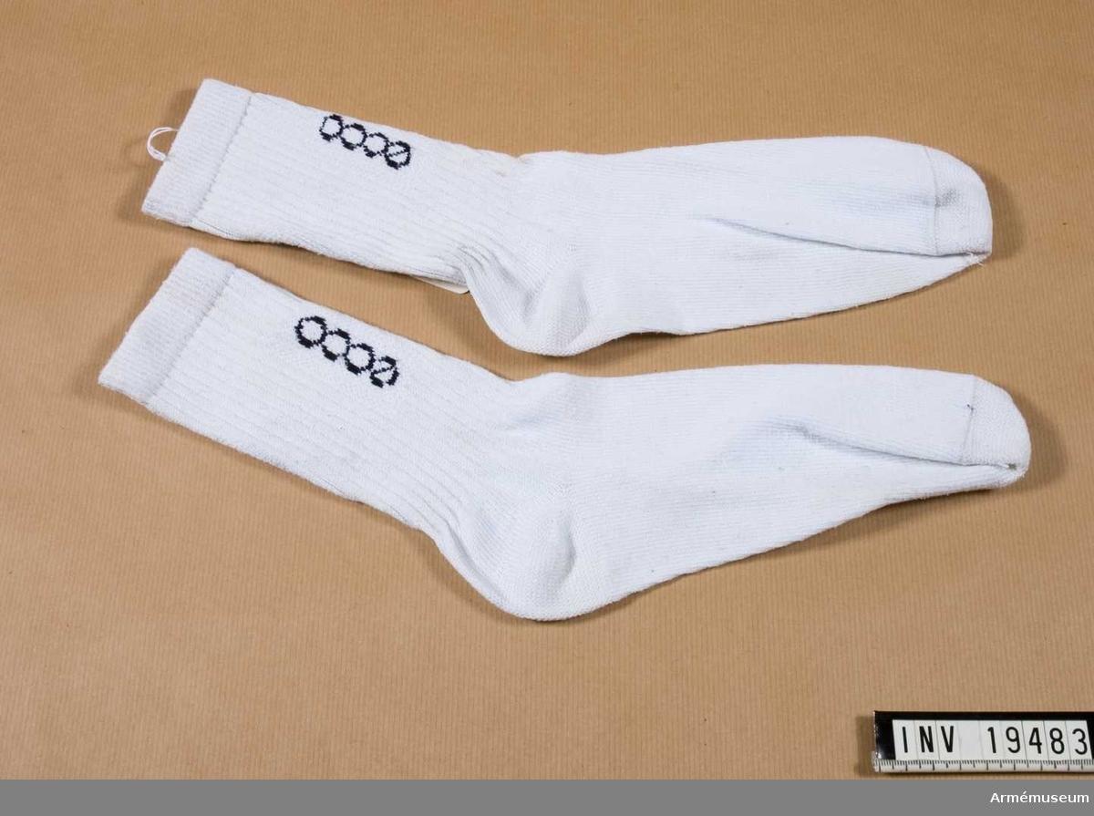 """Vita bomullsstrumpor märkta (invävt) på ut och insidan längs benet """"ecco"""" med svarta bokstäver. Längst upp på strumpan finns en gummiresår.  Samhörande nr 19483 - 19494"""