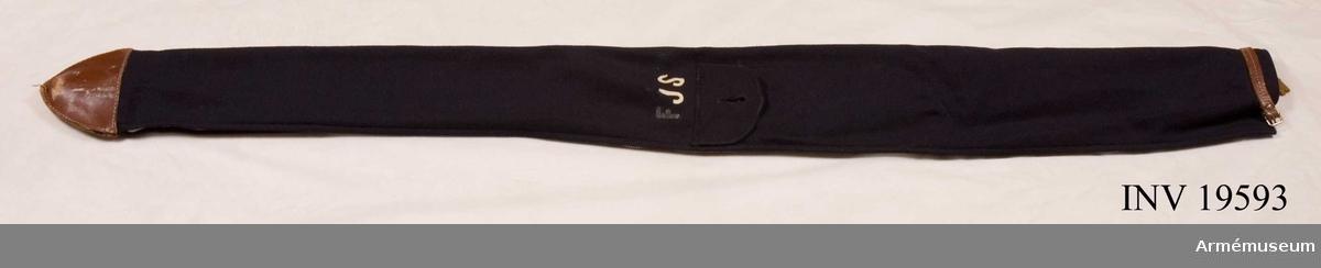 Fodral till fana för Fallskärmsjägarskolan. Fodralet är försett med blixtlås och ficka. Det är märkt  FJS.   Samhörande nr AM 19591-19593, fana, spets, fodral.