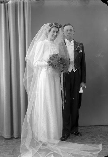 """Enligt fotografens journal nr 6 1930-1943: """"Börjesson, G. Brudpar Högenorum Här""""."""