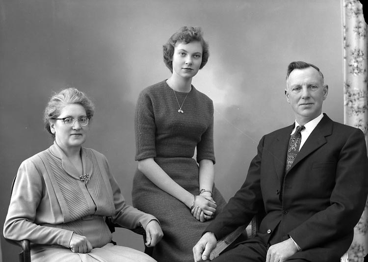 "Enligt fotografens journal nr 8 1951-1957: ""Rutgersson, Herr Karl Stenungsund""."